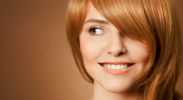 femme-heureuse-dutiliser-la-brosse-nettoyante