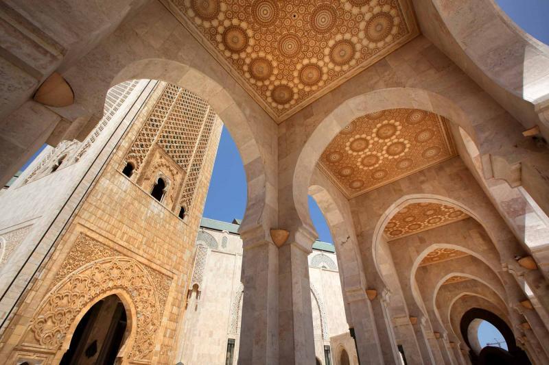 morocco_casablanca_hassan_ii_mosque_under_archway