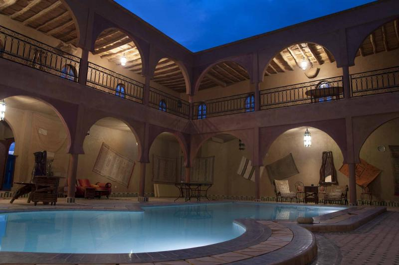 morocco_traditional_oasis_swimming_pool_in_heart_of_the_desert