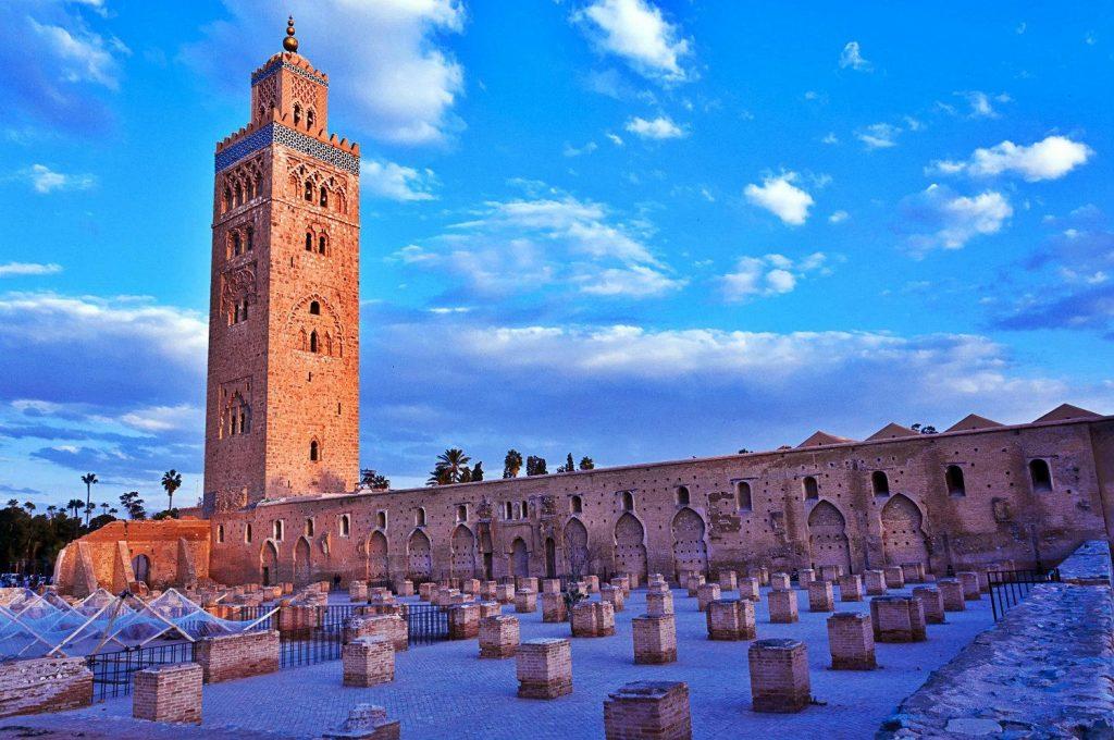 L'attribut alt de cette image est vide, son nom de fichier est Vue-de-la-Koutoubia-Marrakech-et-ruines-de-la-primo-mosquee-2-1024x680.jpg.